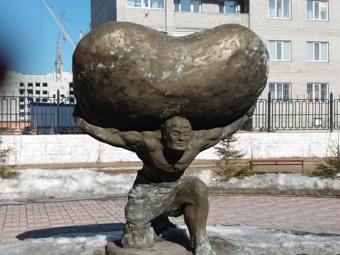 Памятник во дворе кардиоцентра