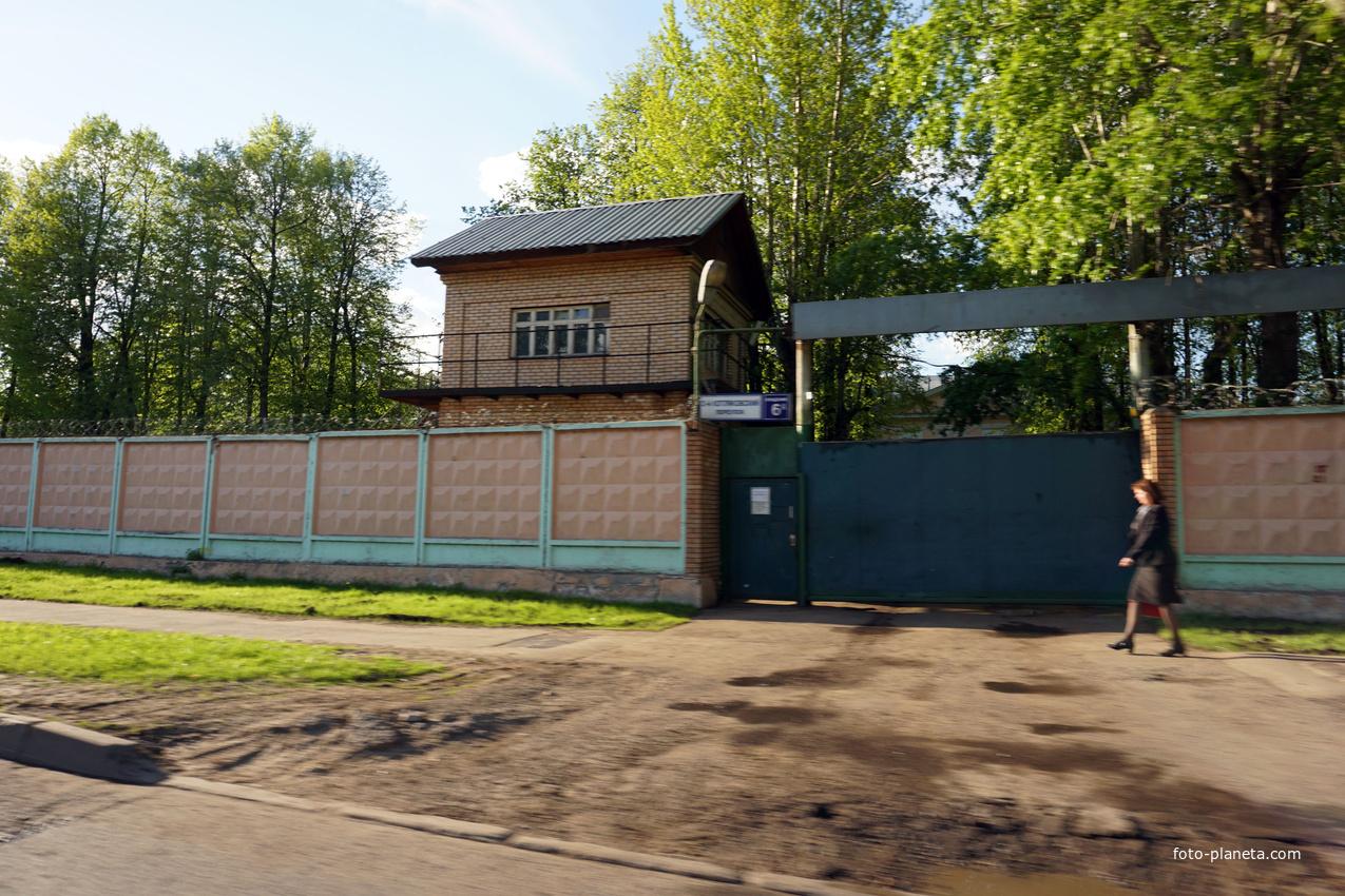 2-й Котляковский переулок, 6. Закрытое учреждение с домами построки середины 1930-х годов