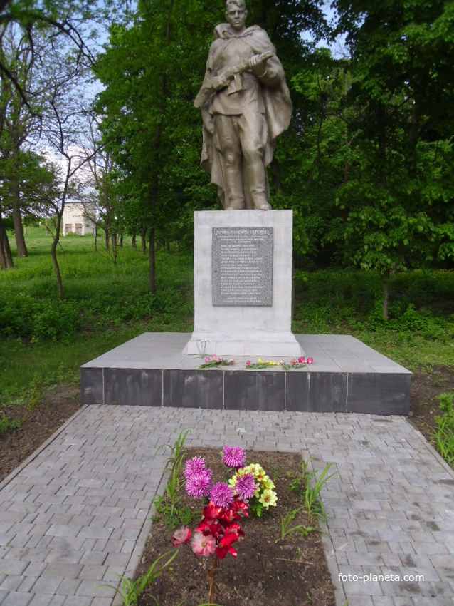 Пам'ятник визволителям села,загинуло 33 воїни, імена 17 залишились невідомими.