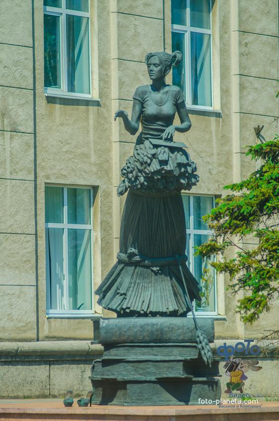 скульптурная композиция — студентка и кукуруза