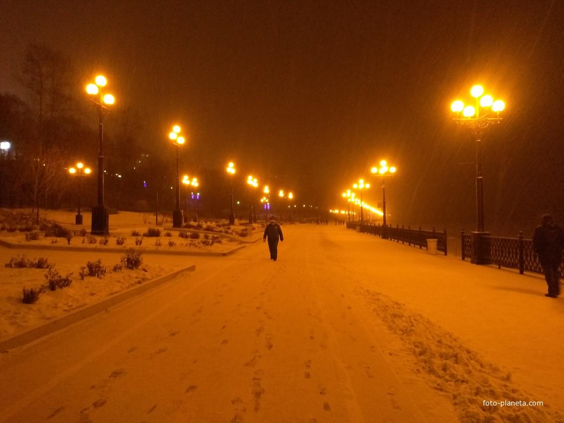 Снежный вечер на набережной