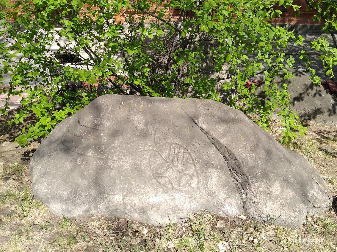 Камень возле музея археологии