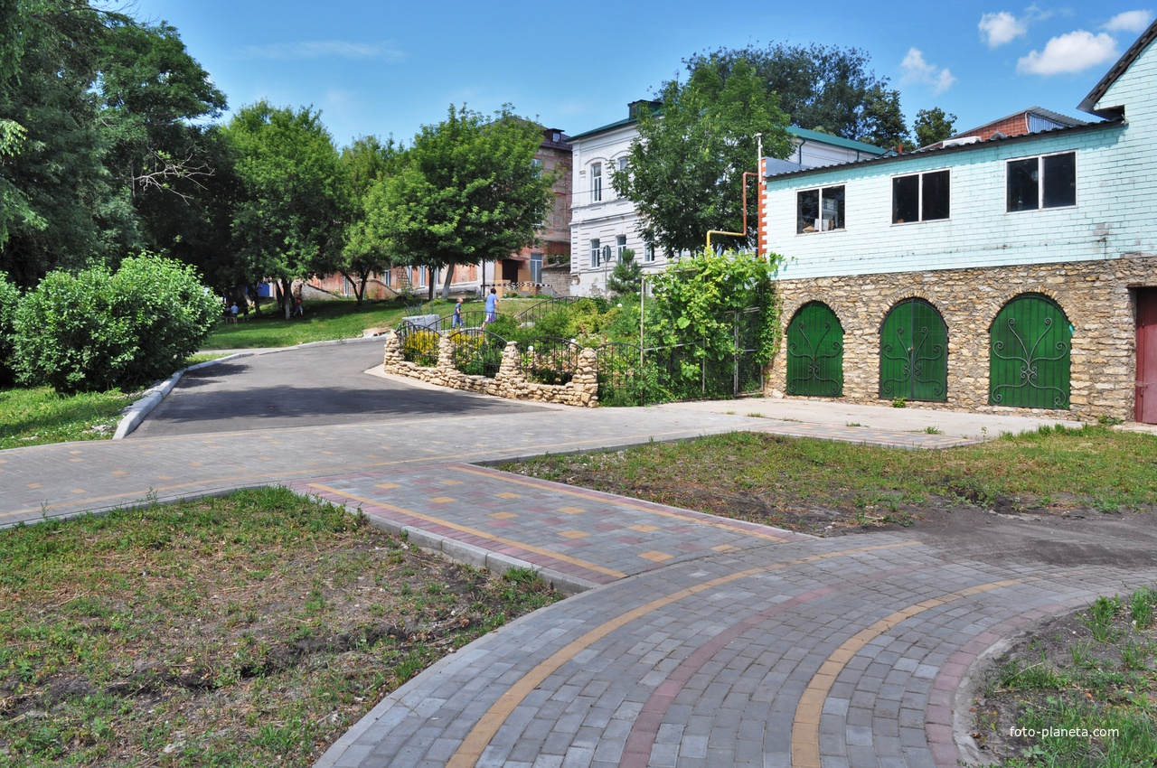 В парке. По центру, вдали библиотека им. А.С.Пушкина. 2019.