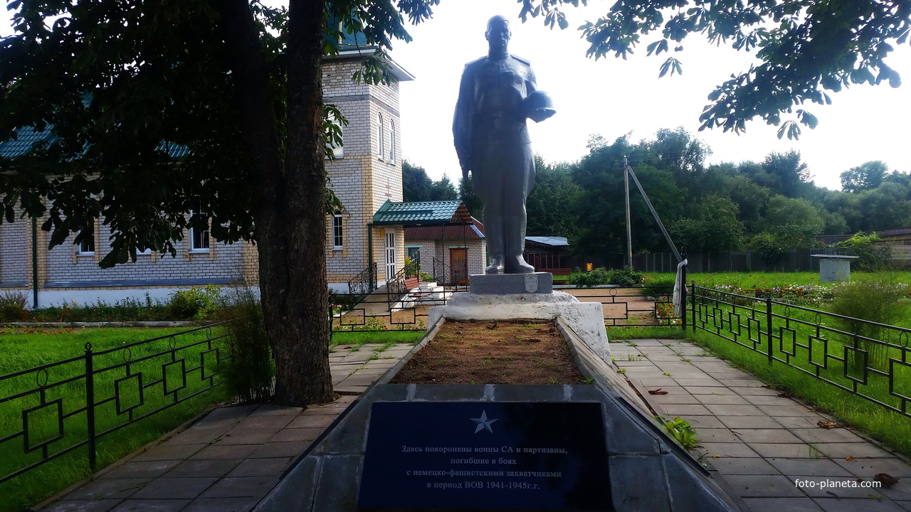 Лапичи. Братская могила воинов СА и партизан погибших в войне с фашистами.