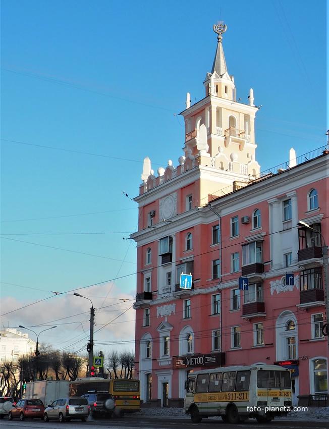 Символ города. Дом со шпилем  на площади Ленина