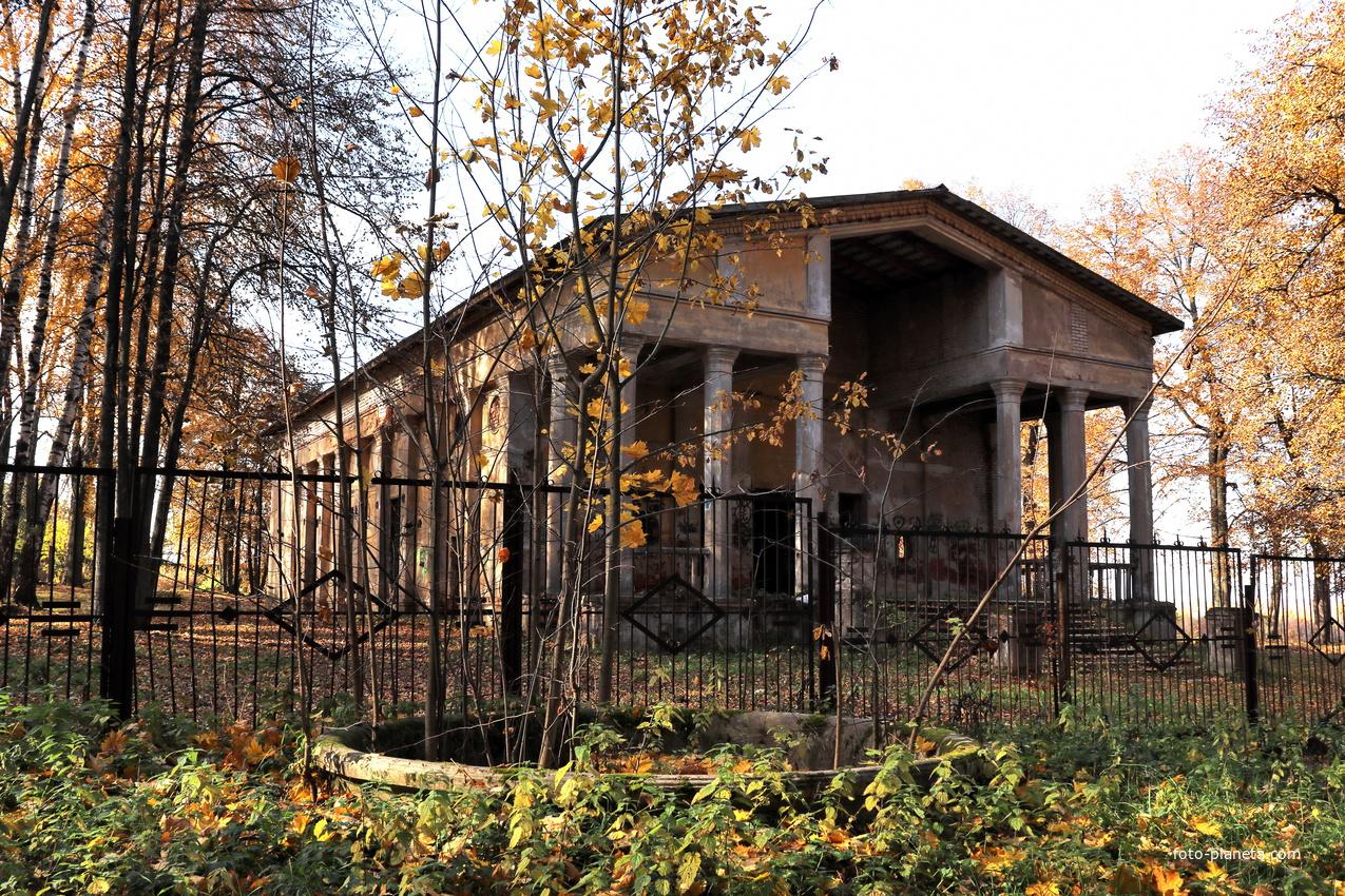 Старый летний кинотеатр в парке.