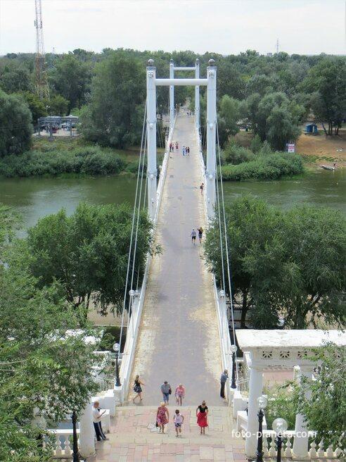 Пешеходный мост через реку Урал