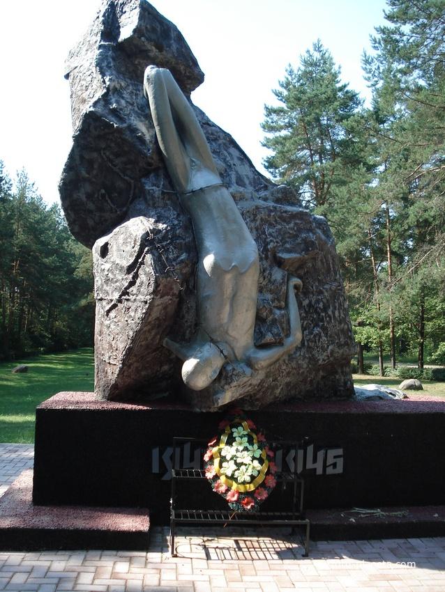 В центре  мемориального комплекса установлен монумент жертвам Березвечского лагеря смерти.