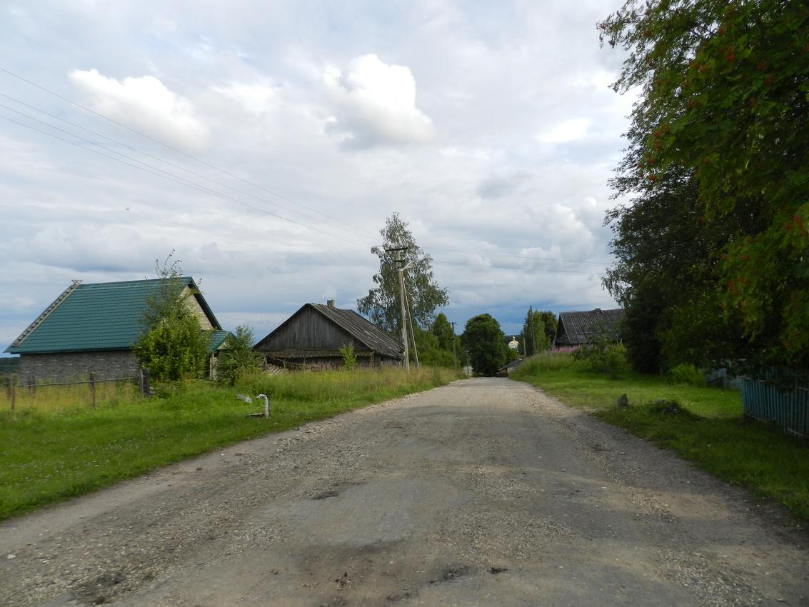 Деревня Красная Горка. Дорога, ведущая к церкви Святой Троицы.