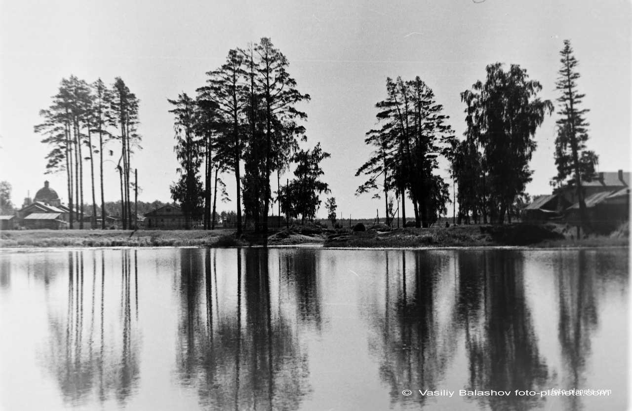 Коренево, Кореневский пруд, 1955 г. Слева Преображенская церковь