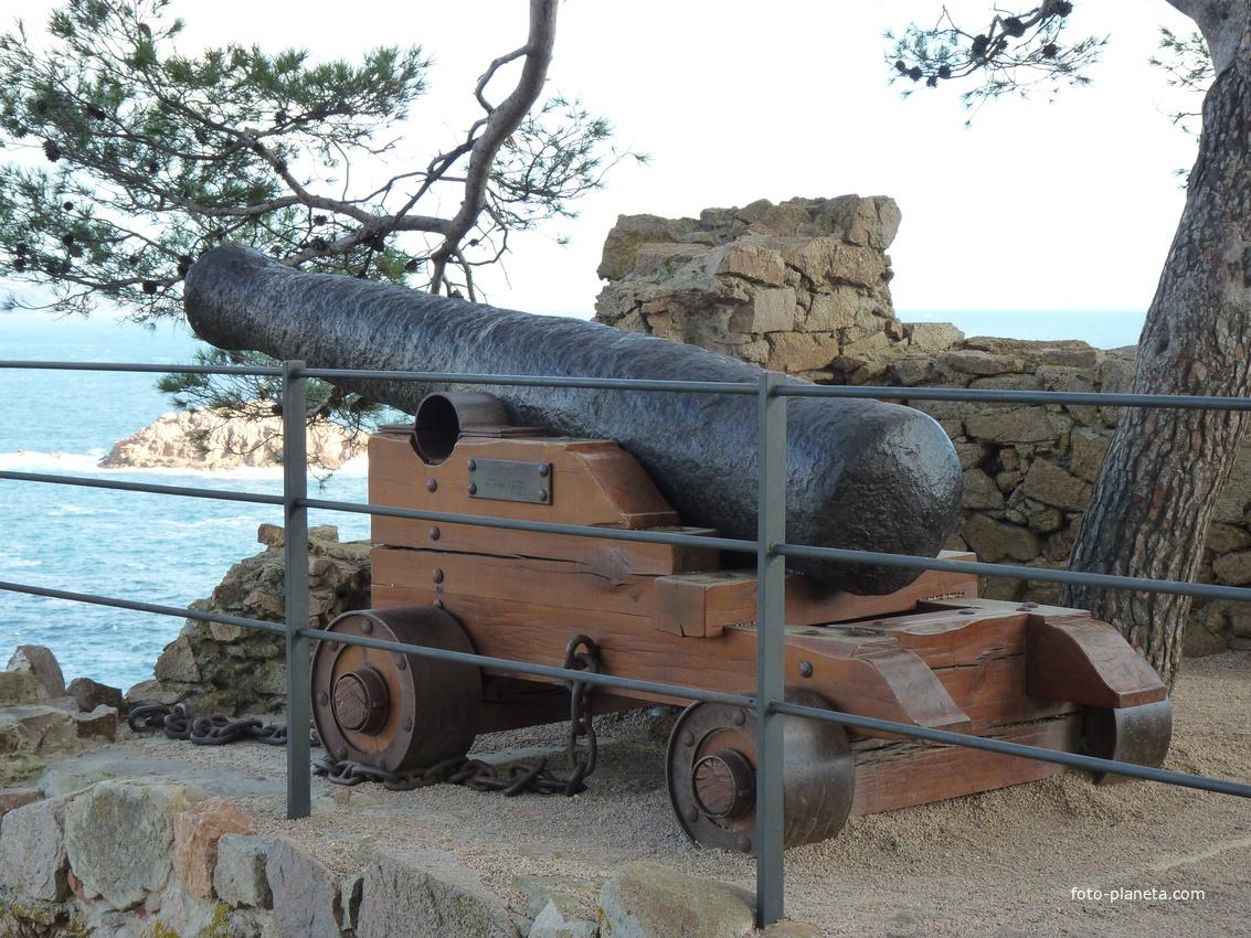 Осадное орудие  в крепости.