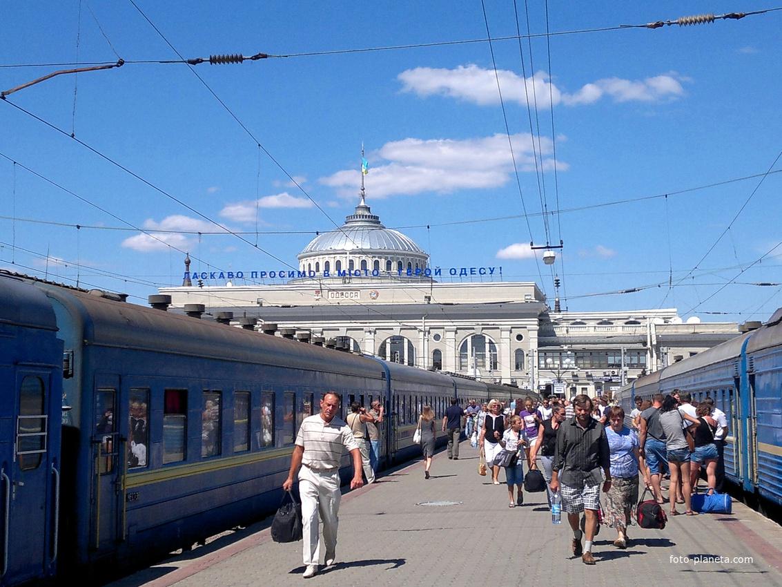 Перрон железнодорожного вокзала.
