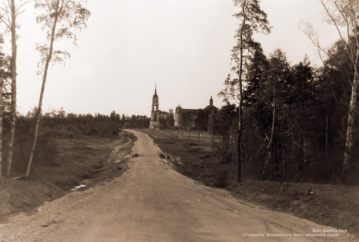 Дорога от д. Пески к д. Рощино, на дальнем плане церковь Воскресения в Рощине, 1991 г.