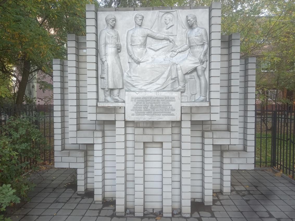 Памятник Великой Отечественной в жилом массиве Победа, переулок Штабной. Стелла на месте, где с 25 ноября 1943 года по 15 февраля 1944 года находился штаб 3-го Украинского фронта, которым командовал  генерал армии Р.Я. Малиновский .