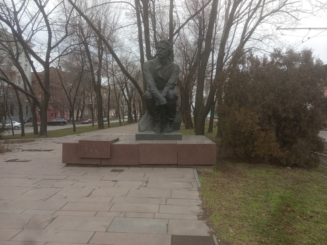 Памятник писателю Максиму Горькому .