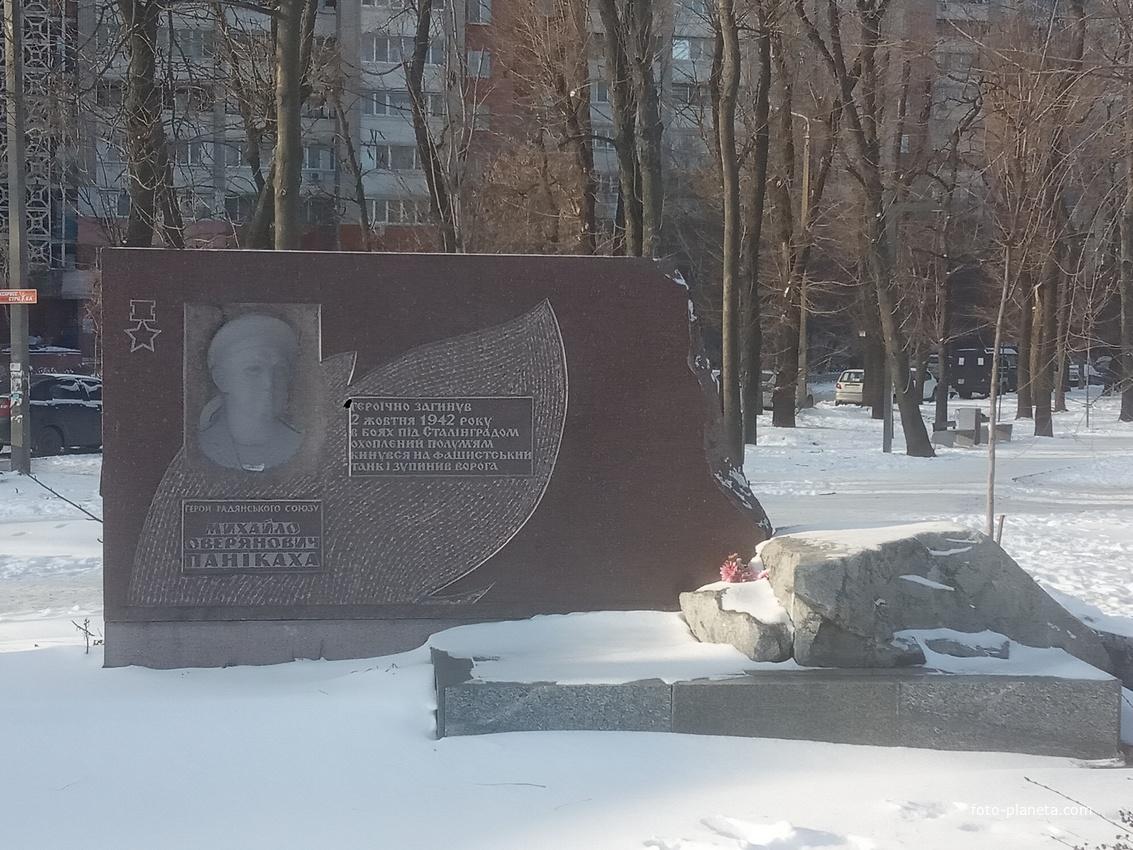 Памятная Стелла Герою Советского Союза матросу Паникахе .