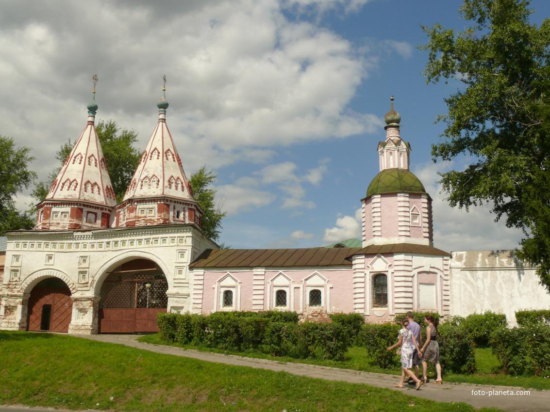 Ризоположенский монастырь — женский монастырь, расположенный в центре Суздаля.