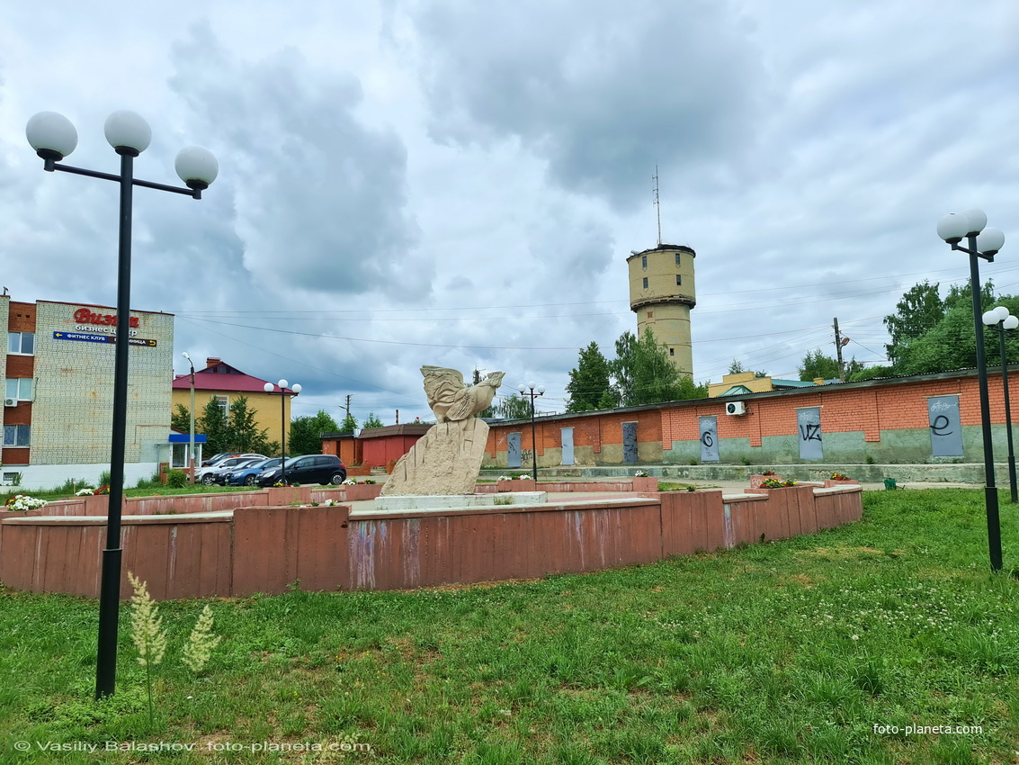 Памятник Петуху в сквере на ул. Маяковского