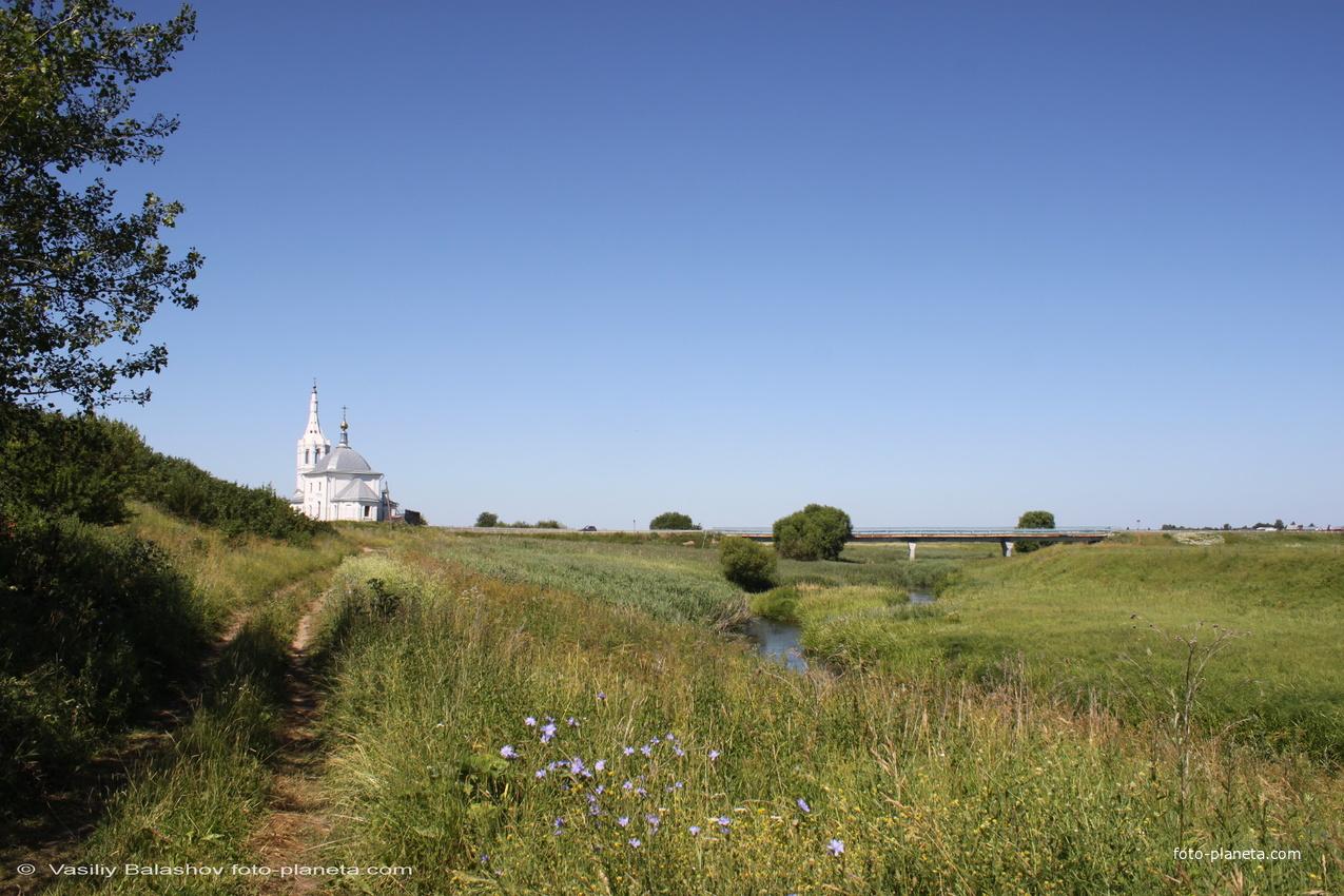 Пойма р. Ирмес в окрестностях с. Романово,  слева Богородице-Рождественская церковь