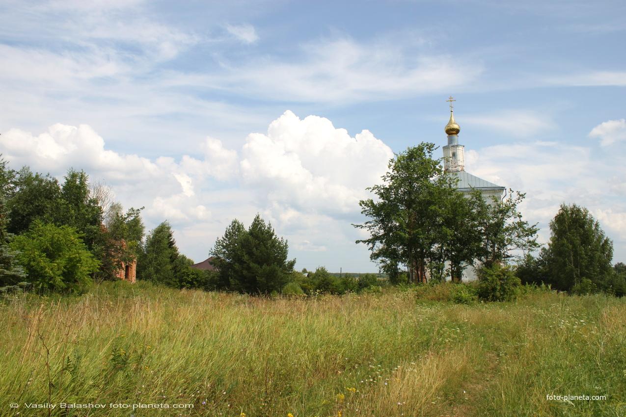 Троицкая церковь и руины церкви  Михаила Архангела (слева)
