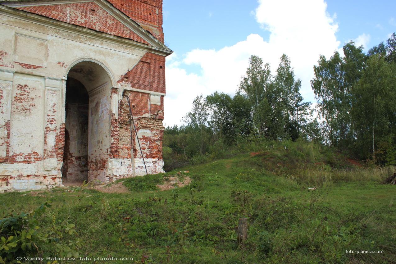 Аргуново, справа от колокольни - руины Никольской церкви