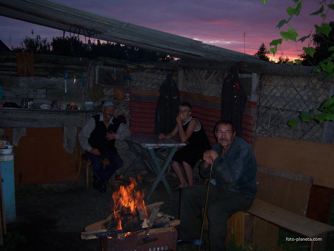 У огня всегда уютно. Солнцево Курской области.