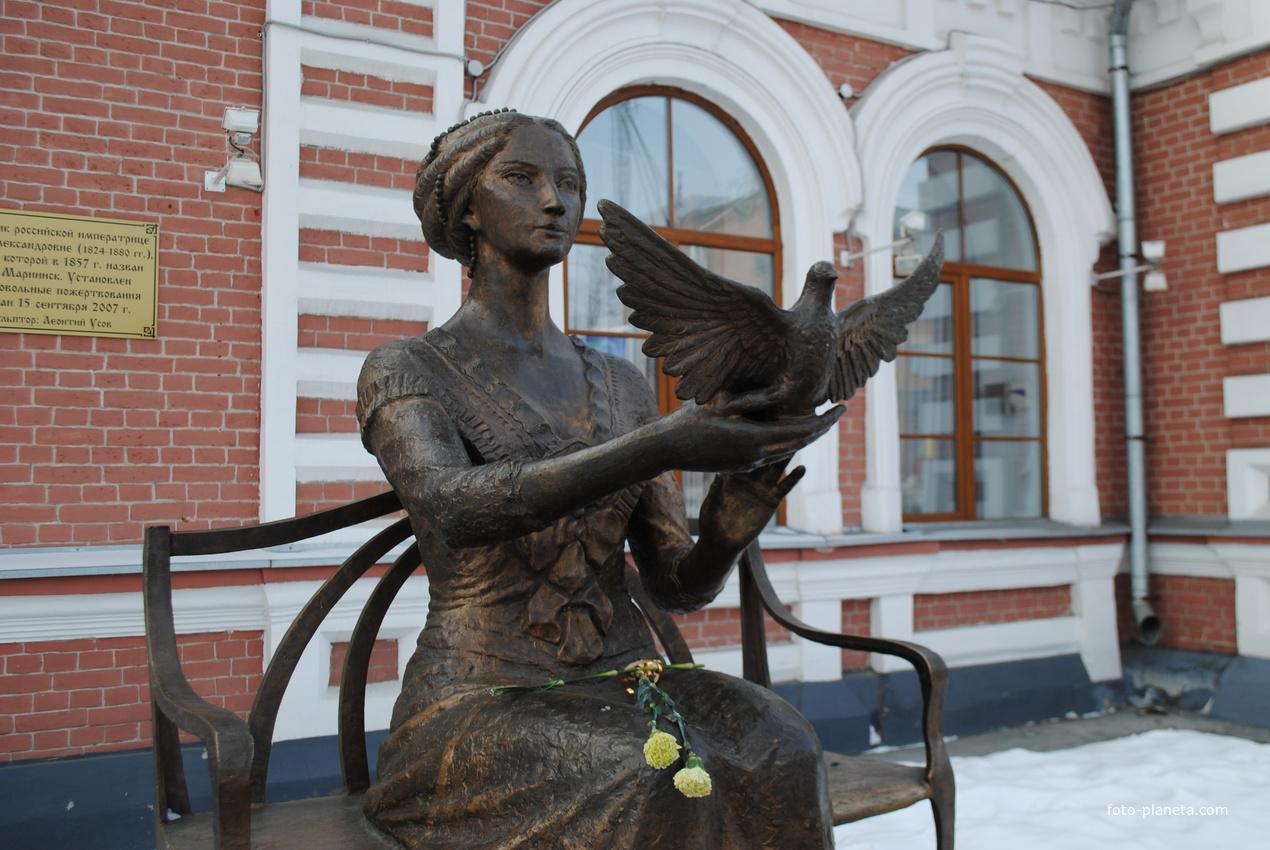 Памятник императрице Марии Александровне в честь которой назван город.