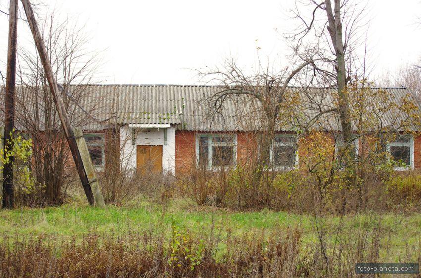 Фасад здания школы. Только фасад существует. Здание за 5 лет бездействия разграблено местными мародерами.