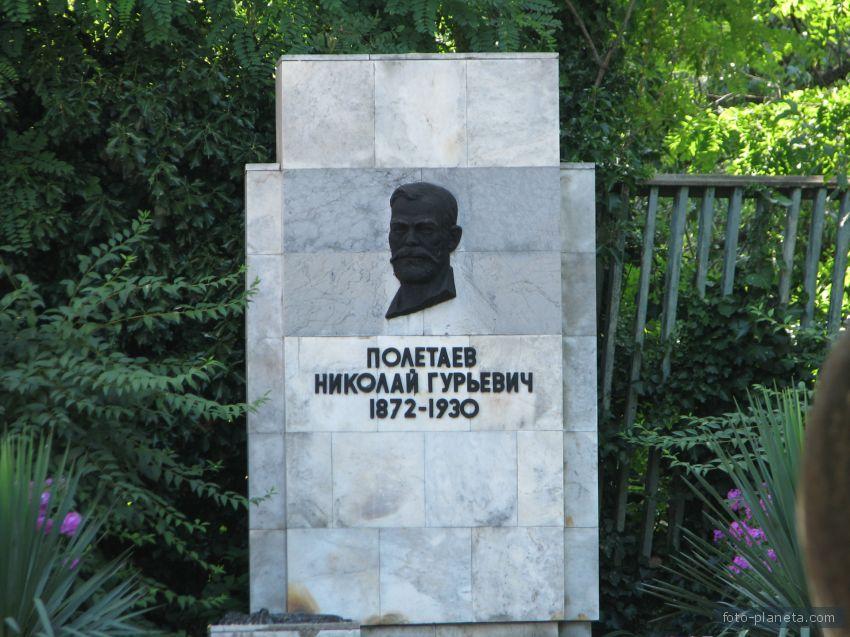 Памятник Полетаеву