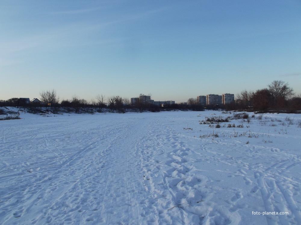Замёрзшая речка Быковка на окраине города   Жуковский