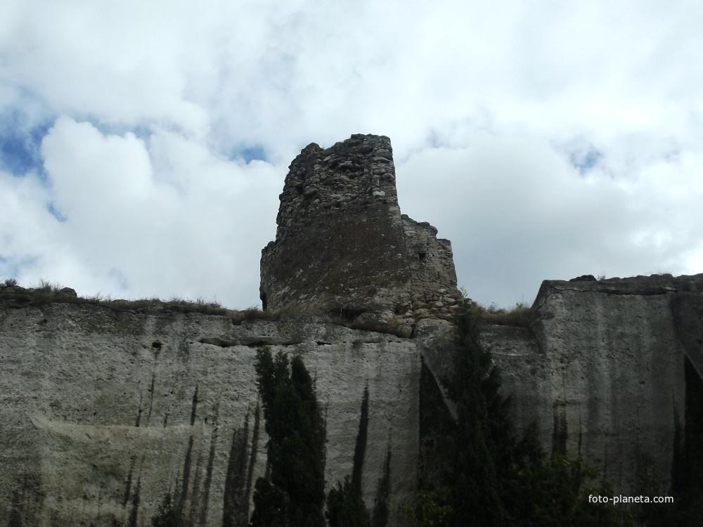 Монастырская скала и руины крепости Каламита