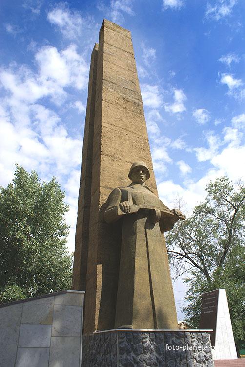 Братская могила-мемориал, памятник
