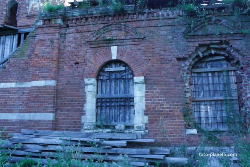 Окна храма.