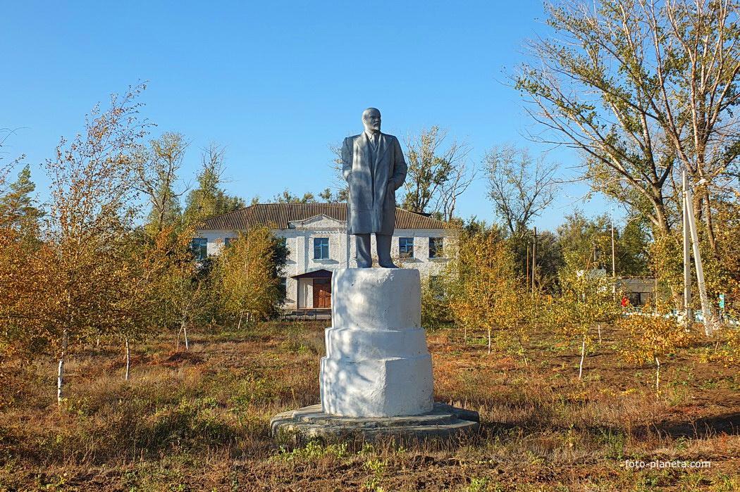 памятник Ленину (Лет 10 назад оторвали руку,но в 2012 году сделали новую)