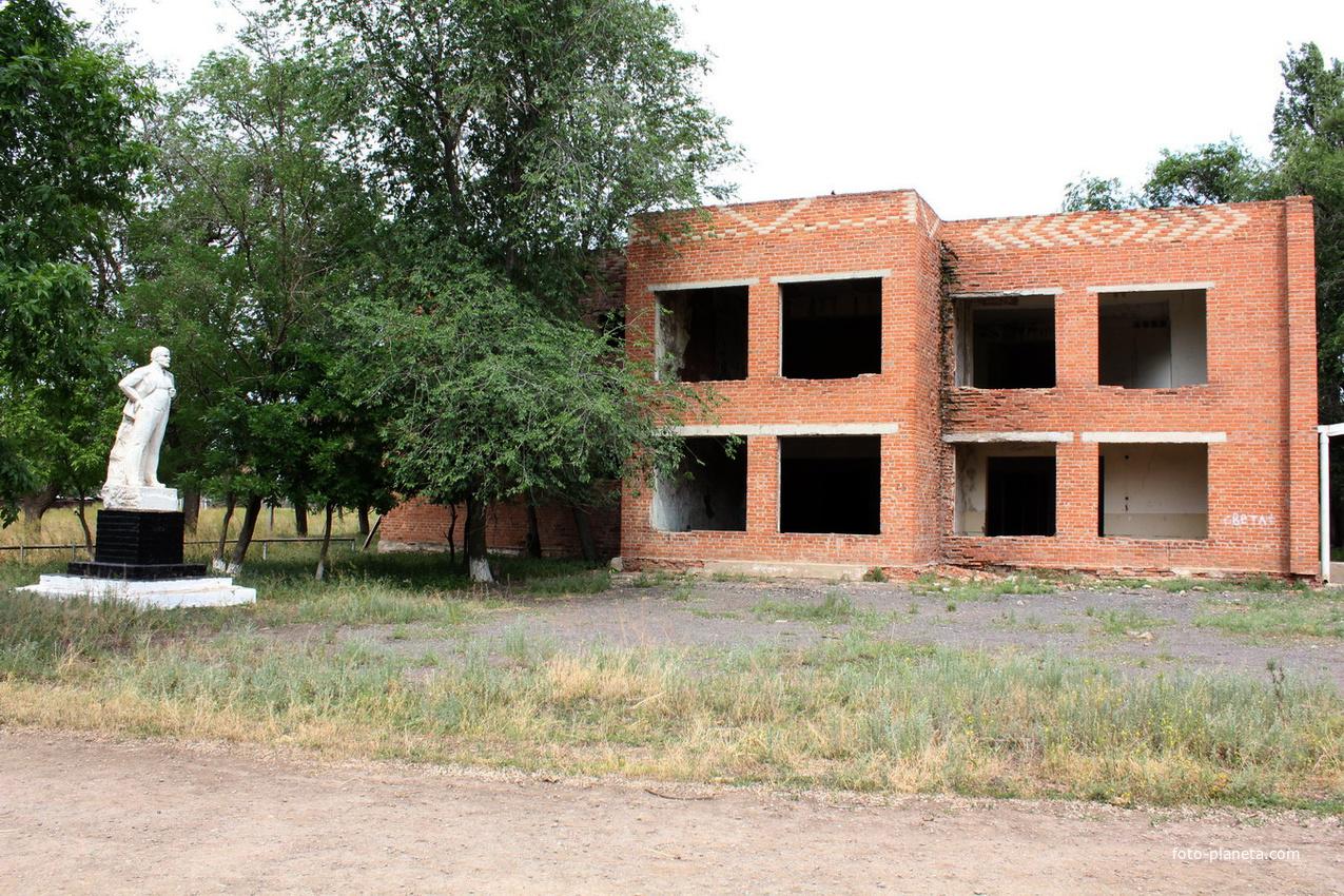Заброшенный сельский дом культуры