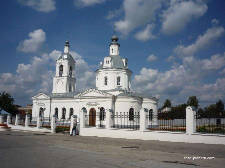 Белая церковь, находящаяся рядом с краеведческим музеем