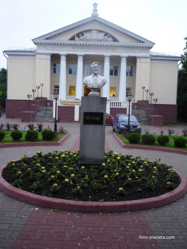 Истринский дом культуры, памятник Чехову