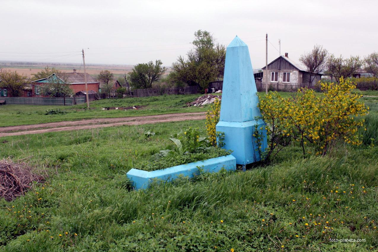 Братская могила воинов ВОВ июля 1942 на северо-западе хутора