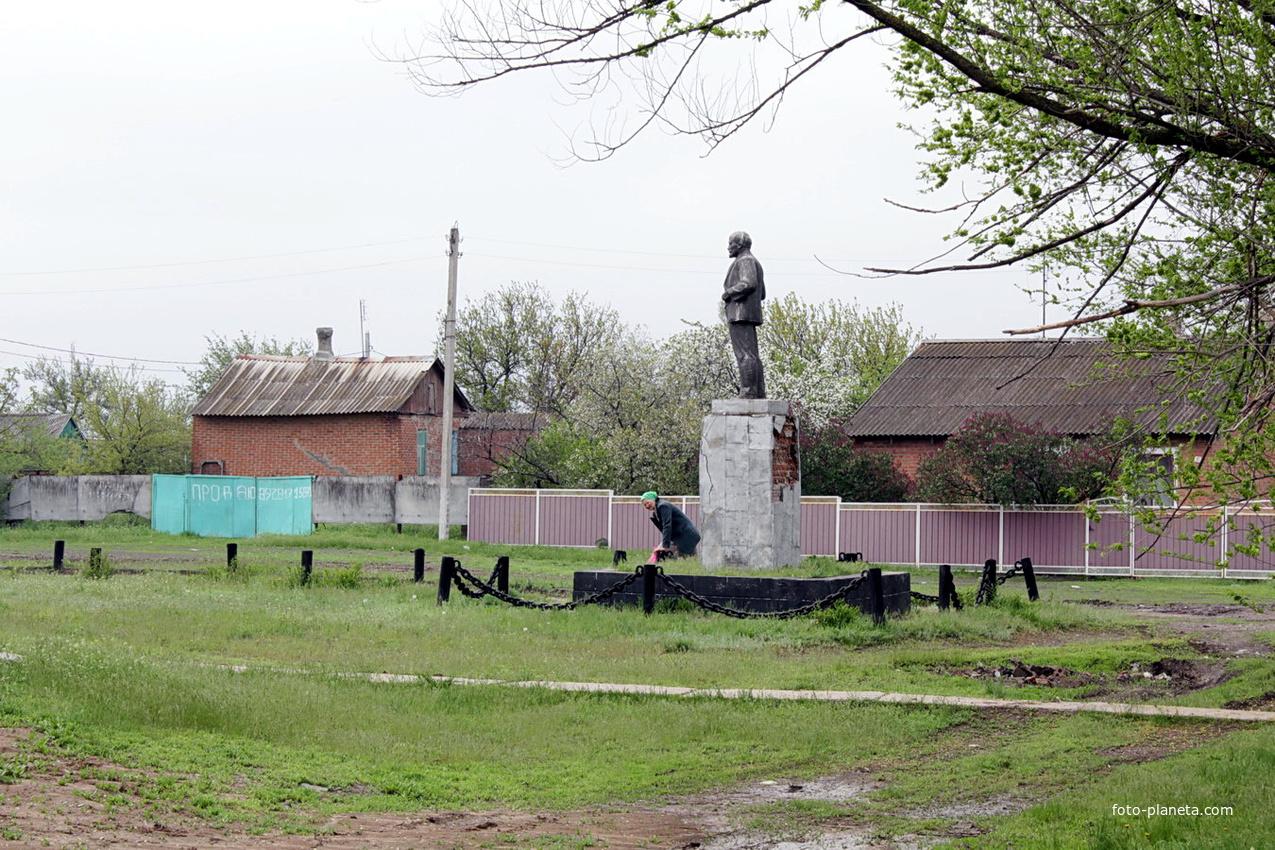 памятник Ленину в центре хутора