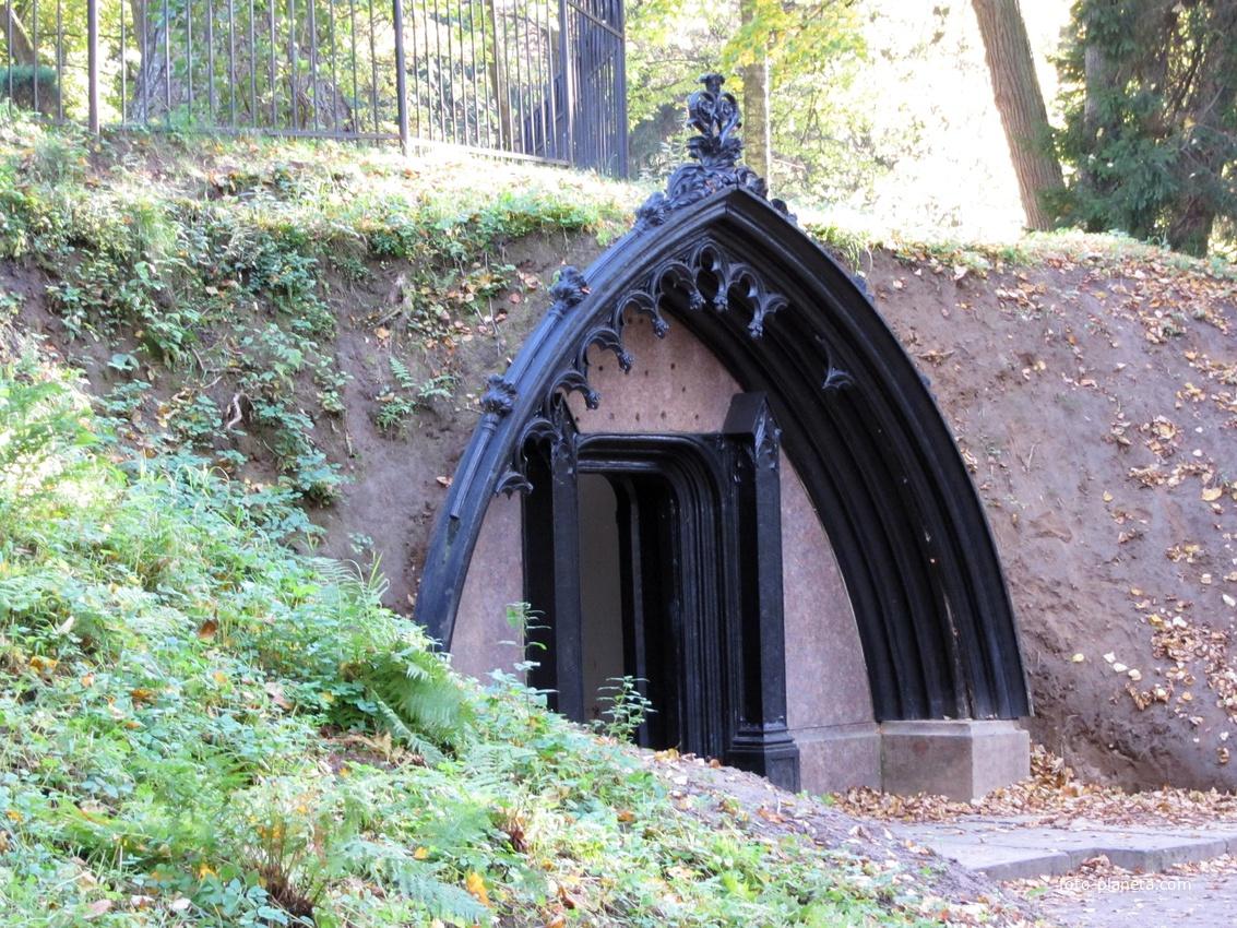 """Склеп графа Полье """"Адольфова могила""""."""