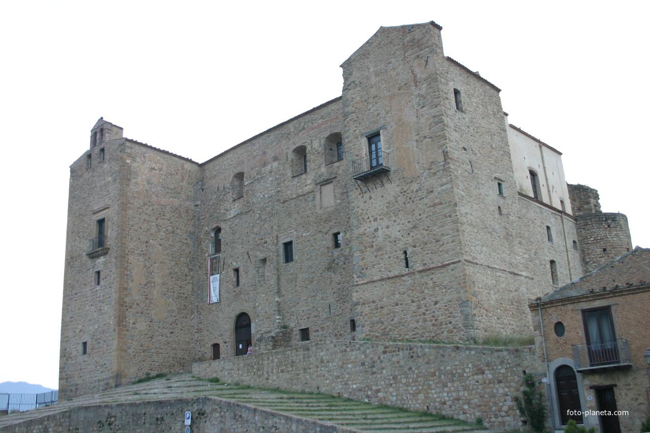 Замок «Castelbuono Castle» (1316г.)