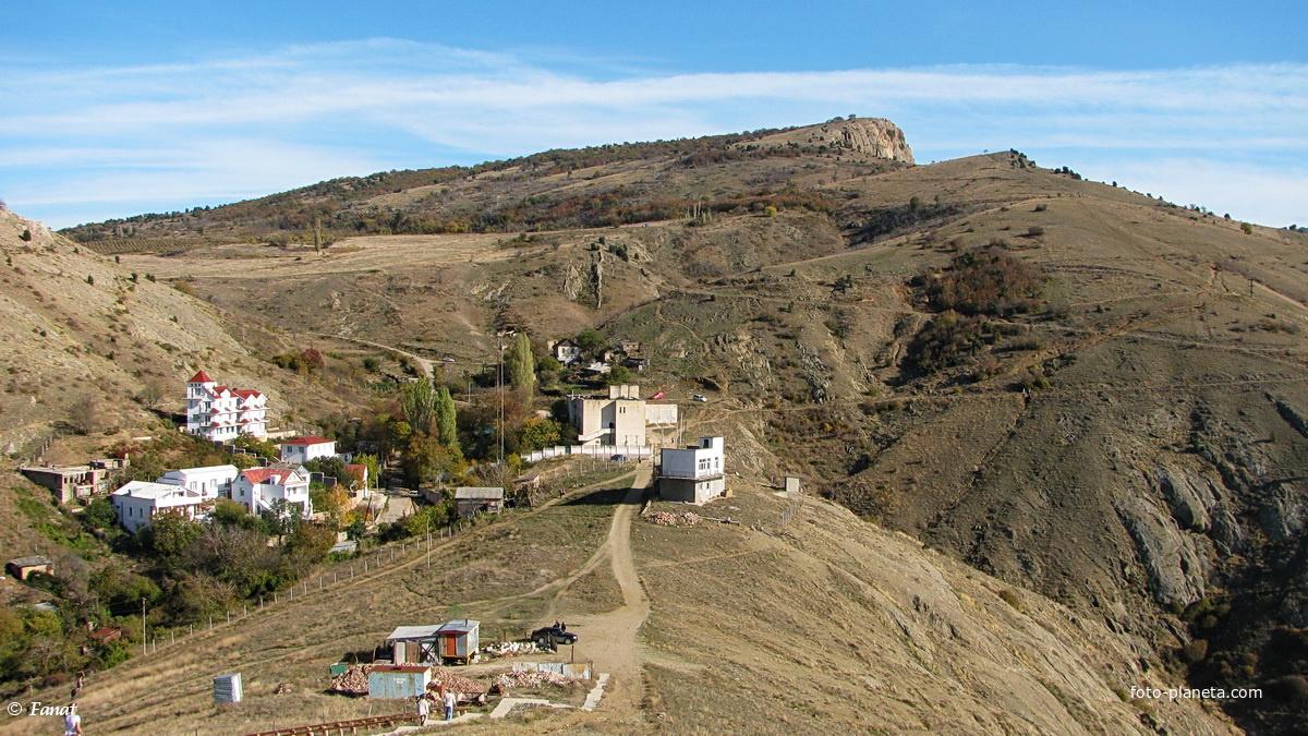 Вид со стороны крепости Чембало на горы