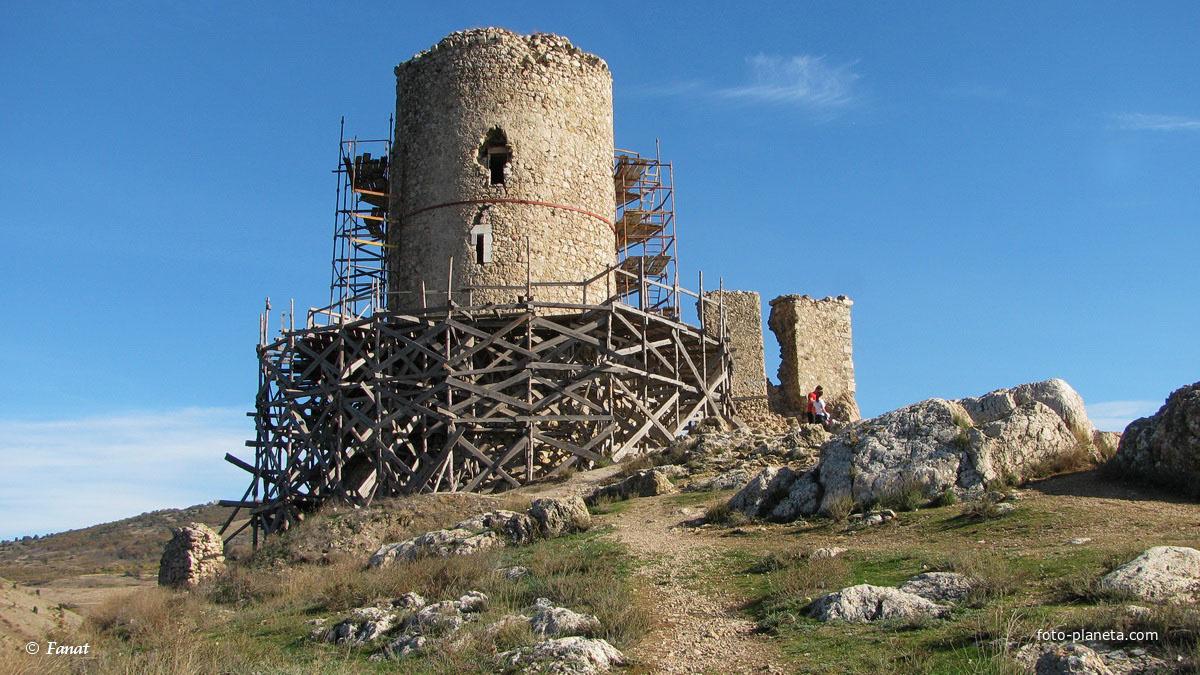 Башня крепости Чембало на реконструкции