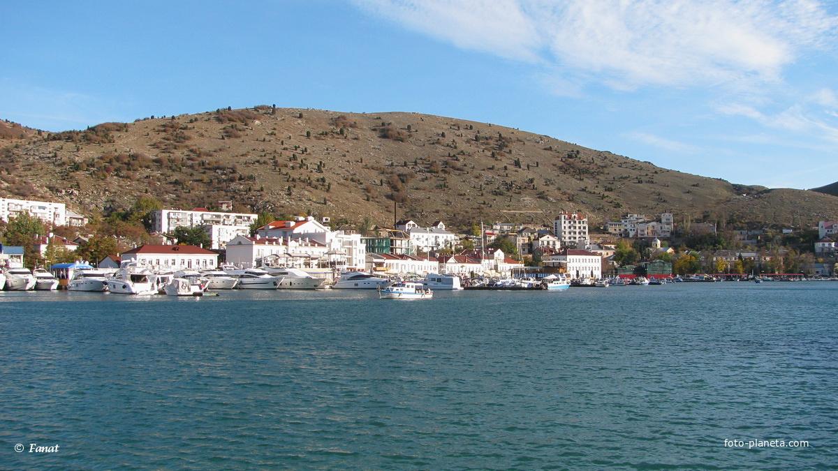 Вид из бухты на город