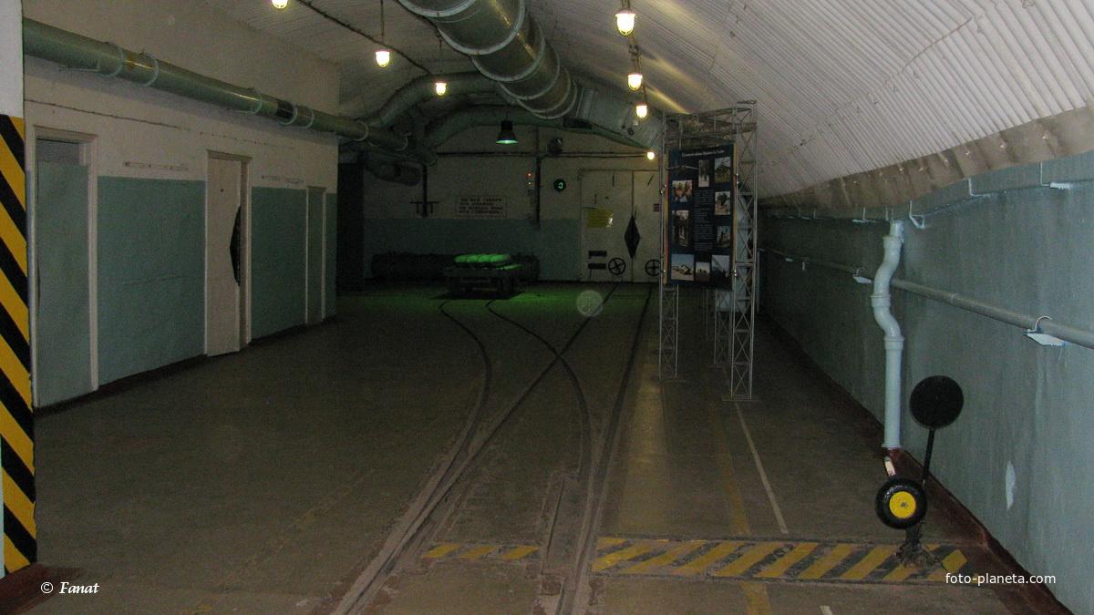 Внутри  бывшего завода по ремонту подводных лодок