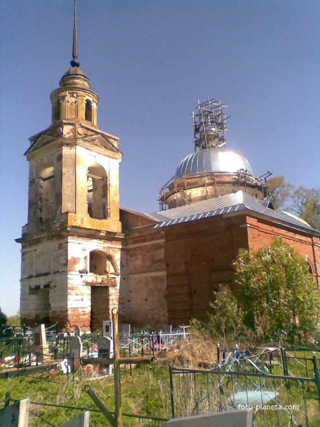 Церковь на деревенском кладбище