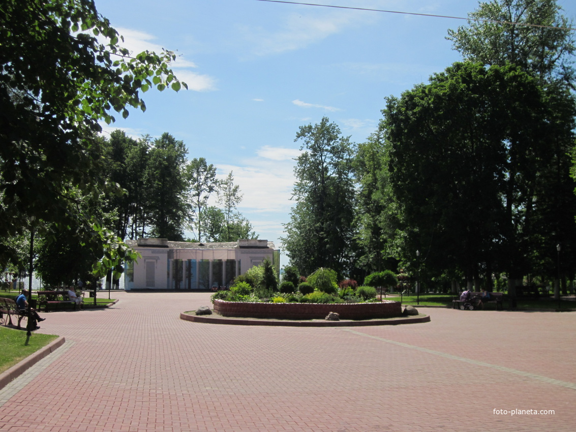 Площадь у входа в парк.