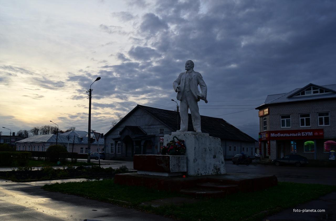 Каргополь. Ленин на закате.
