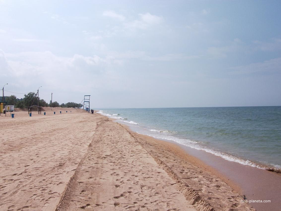Пляж в станице голубицкой в мае