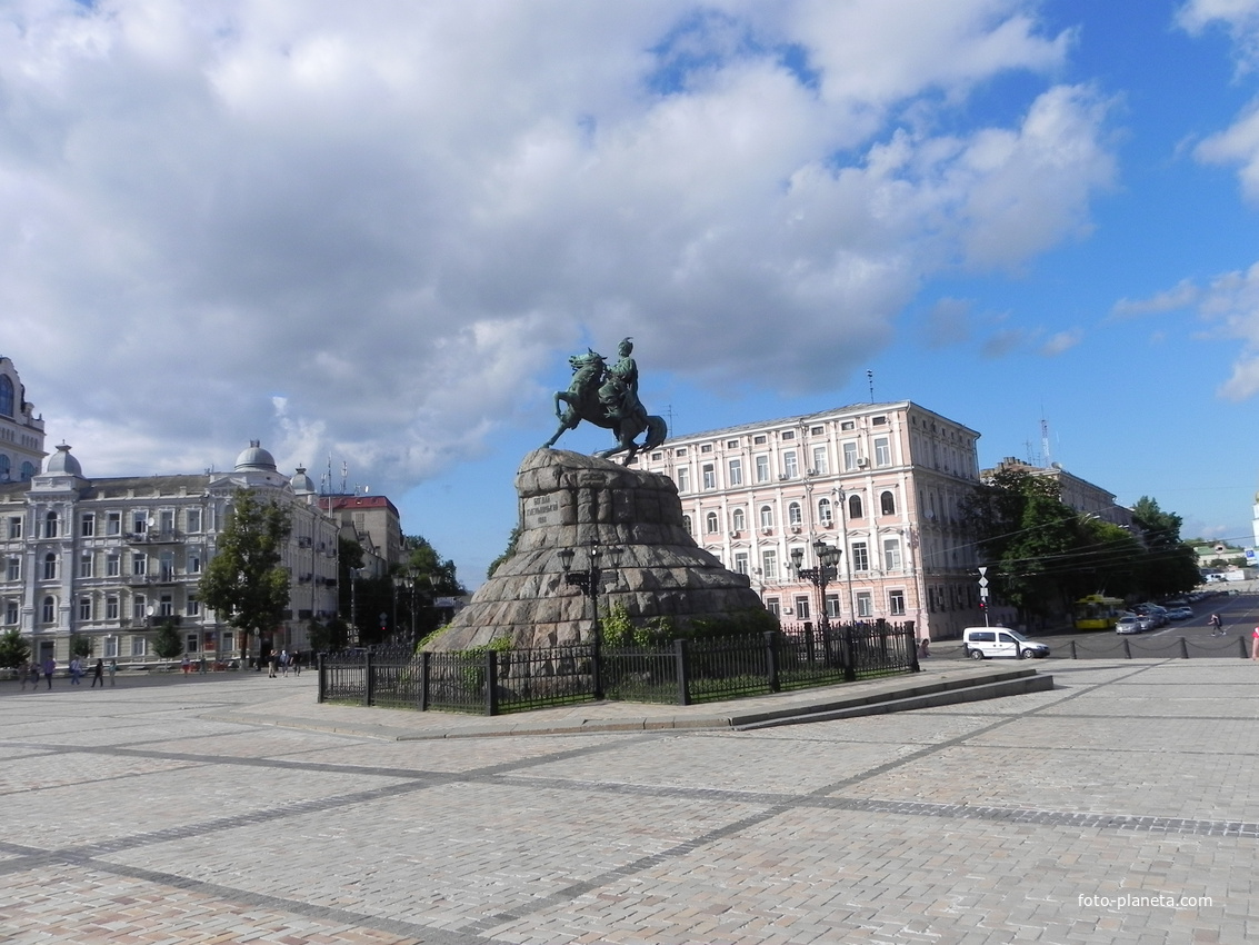 Памятник Б. Хмельницкому